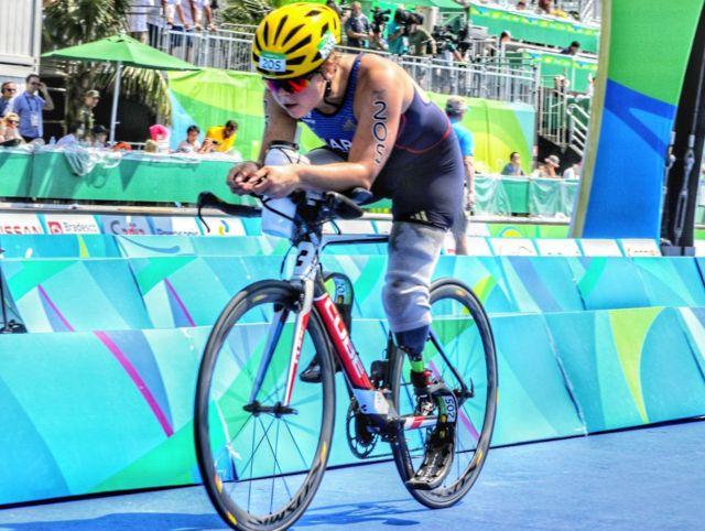 Atleta com deficiencia na perna corre prova de ciclismo nas Paralimpiadas de 2016