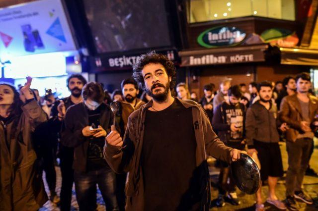 投票結果の発表後、鍋やフライパンを叩く反対派もいた(16日、イスタンブール)