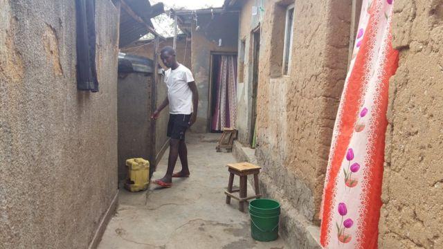 Un étudiant devant une chambre de l'un des campus sociaux de l'Université du Burundi