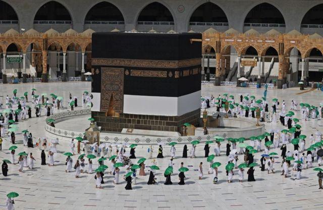 Паломники обходят Каабу, главную святыню мусульман