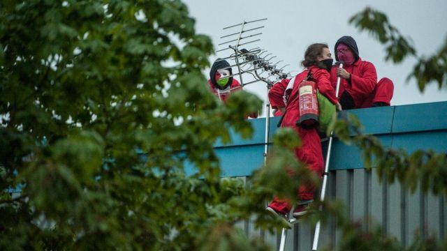 معترضان هوادار فلسطین روی سقف کارخانه در لستر بریتانیا