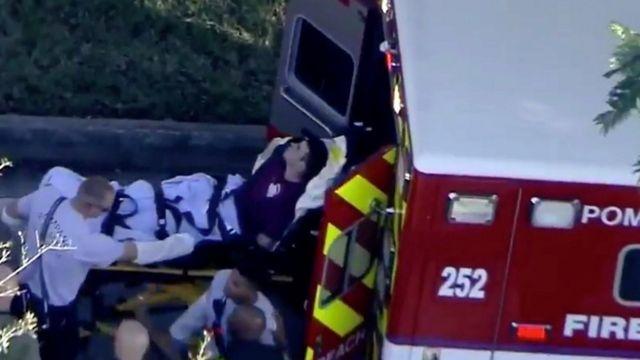 Una persona herida es llevada a una ambulancia