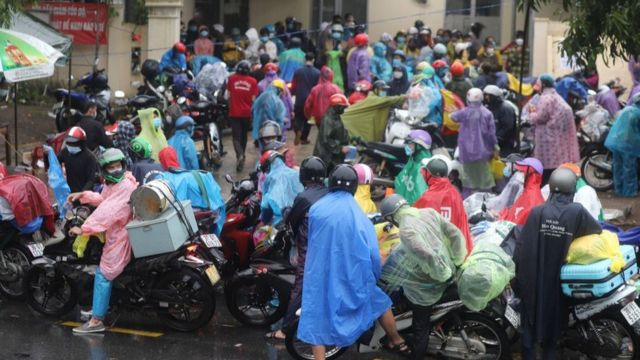 Trạm kiểm soát số 5 đặt dưới chân đèo Hải Vân, thị trấn Lăng Cô (huyện Phú Lộc) đón hàng trăm người dân vào khai báo y tế lúc 17h ngày 4/10