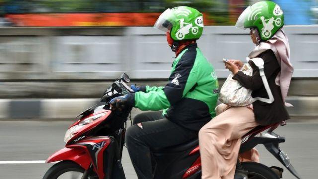 Un chofer de GoJek y una pasajera en Jakarta