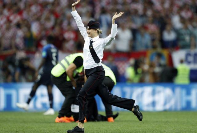 Una chica irrumpe en el partido de la Final de Rusia.