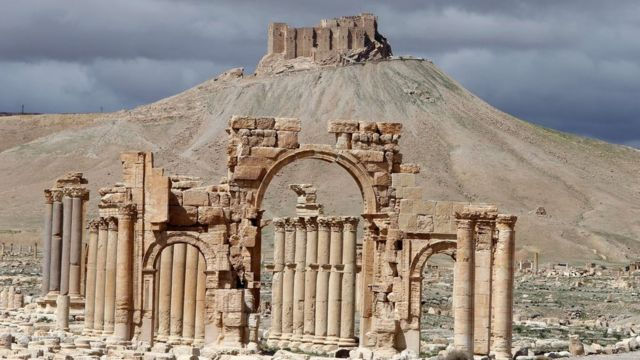 Palmyra's castle, known as Qalaat Shirkuh or Qalaat Ibn Maan, overlooking the Roman-era ruins (file)