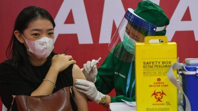 Petugas menyuntikkan vaksin COVID-19 kepada pelaku usaha di Thamrin City, Jakarta, Senin (03/05)