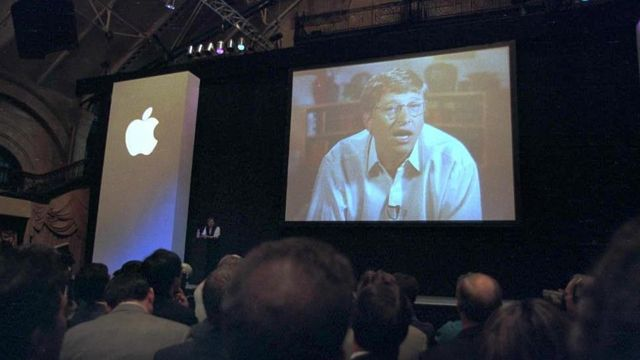 Bill Gates à l'écran lors de l'événement Apple  -  120221351 gettyimages 51652167 - Dix ans sans Steve Jobs: comment Apple essaie de garder sa magie vivante