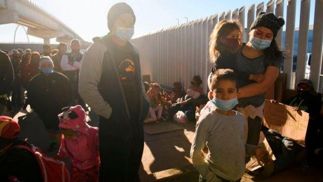 Solicitantes de asilo de países como Honduras esperan en el puerto fronterizo de El Chaparral para cruzar a Estados Unidos en Tijuana, estado de Baja California, México, el 19 de febrero de 2021.