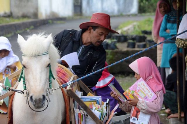 Un caballo cargando libros, como parte de un concepto de biblioteca móvil llamado Kuda Pustaka, en Indonesia, en 2015.