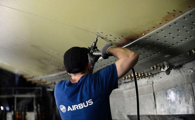 Empleado de Airbus coloca remaches en un avión A380.