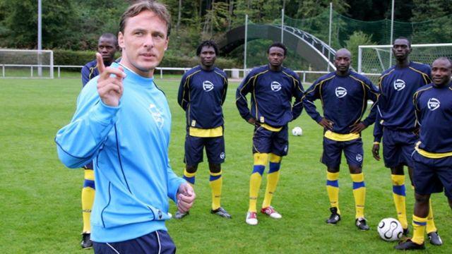 Antoine Hey (imbere), umumenyereza mushasha w'umurwi w'Urwanda
