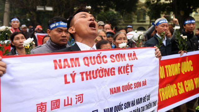Người tuần hành kỷ niệm cuộc chiến Hoàng Sa năm 1974 tại Hà Nội hôm 19/1/2017