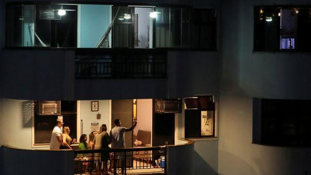 جشن خانوادهای در ریودژانیرو در برزیل. به دلیل شیوع بیماری کوید - ۱۹ مردم کمتر از خانههایشان خارج میشوند