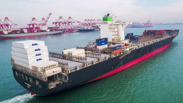 一艘集装箱运输船