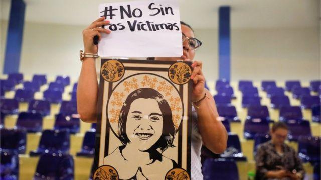 Mujer protesta en la Asamblea
