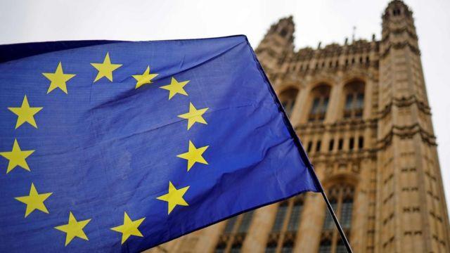 Bandera de la Unión Europea frente al Parlamento Británico