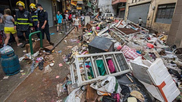 澳门炉石塘区庇山耶街被海水倒灌冲至的垃圾堵塞(23/8/2017)