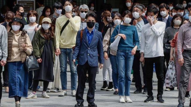 Pessoas caminhando no Japão