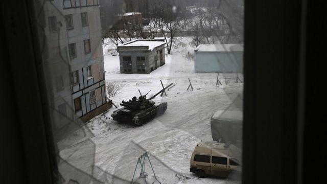 Tanques de guerra circulando por las calles de la ciudad de Avdiivka, Ucrania