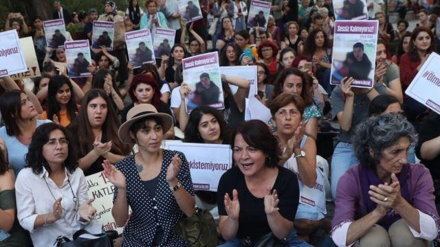 Kadın hakları savunucuları Emine Bulut cinayetinin ardından İstanbul Sözleşmesi'nin uygulanması çağrısıyla Türkiye'nin pek çok kentinde protesto gösterisi düzenledi