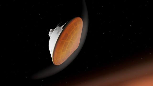 Cápsula en forma de cono donde viaja Perseverance, en la parte de abajo se ve el escudo térmico calentándose al entrar a la atmósfera