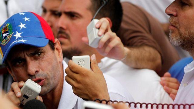 """El líder opositor Henrique Capriles calificó el anuncio de Maduro como un """"fraude constitucional""""."""