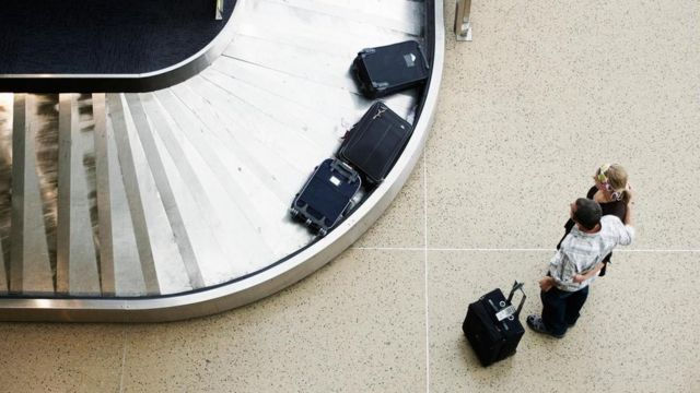 Personas esperando por sus maletas