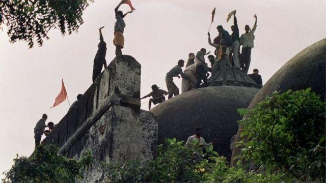 উন্মত্ত হিন্দু জনতা ভেঙ্গে ফেলছে বাবরি মসজিদ