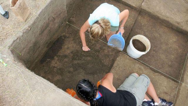 Arqueólogos trabajan en la antigua ciudad de Cahokia.