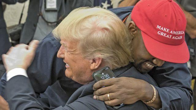 Президент США Дональд Трамп обнимает рэпера Канье Уэста