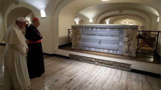 Fafaroma Francis na yanzu ya kai ziyara kabarain Fafaroma John Paul l a cikin majami'ar Sant Peter's da ke Vatican