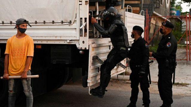 Soldados junto a un camión