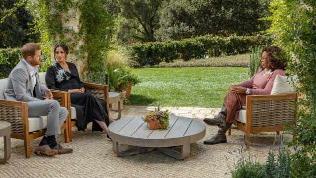 Meghan y Harry hablando con Oprah Winfrey.