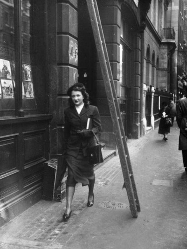 Mujer camina debajo de escalera
