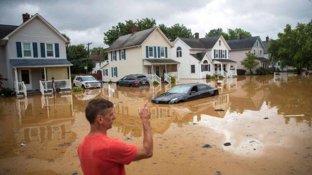 Un hombre en medio de una inundación