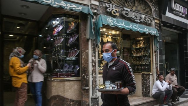 أشخاص في أحد شوارع القاهرة