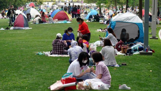 聚集在香港添马公园野餐的外佣(中新社图片5/4/2021)