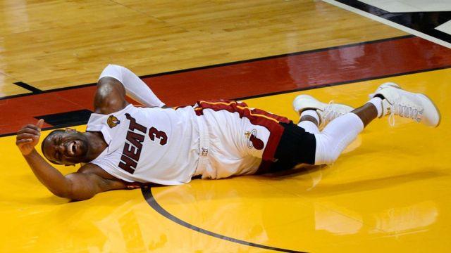 Dwyane Wade se queja de una lesión en la espalda