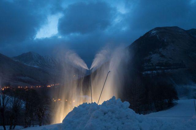 الثلج الناتج من مدافع الثلوج.