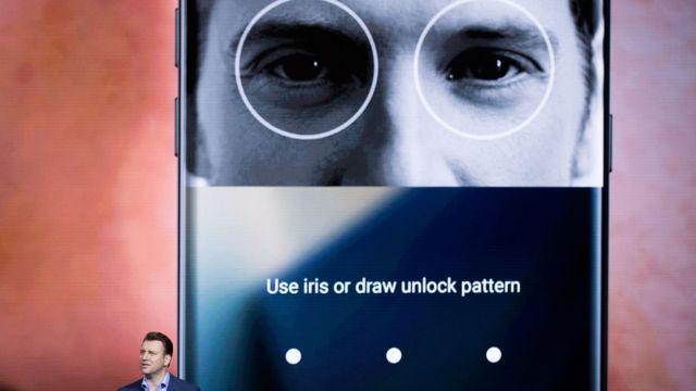 Justin Denison, vicepresidente de estrategia de producto de Samsung, presenta el desbloqueo con escáner de ojos.