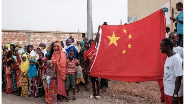 吉布提民众欢迎中国当地的建设。