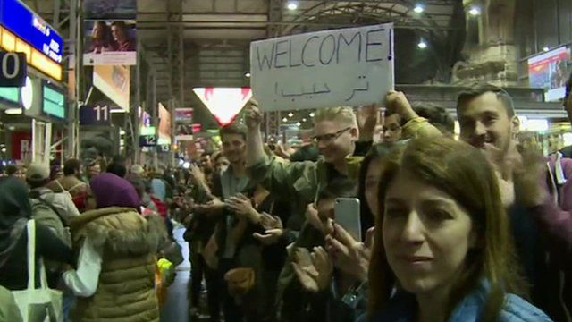 German people warmly applaud migrants