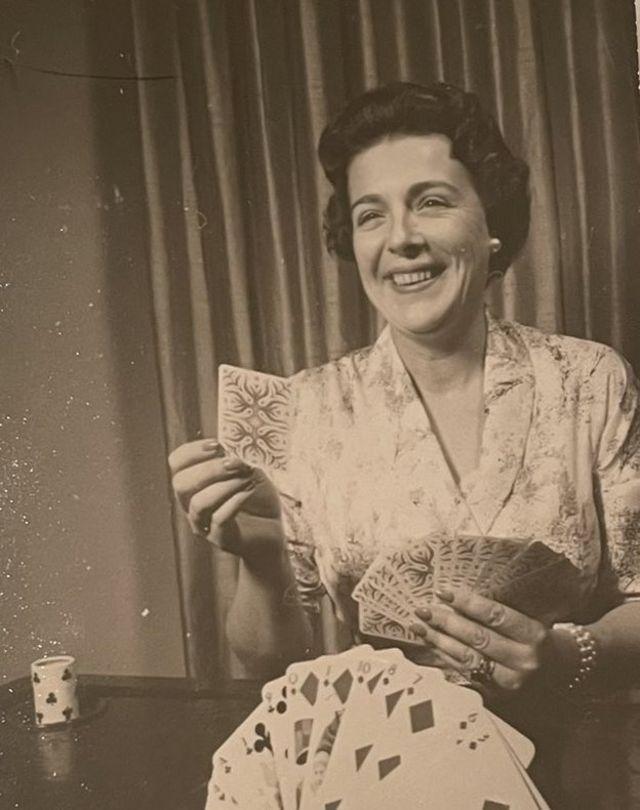 Ann Russell Miller jugando a las cartas.