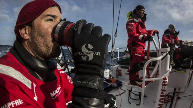 Tomando café durante una regata.