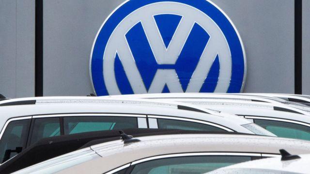 Carros estacionados em pátio da Volkswagen