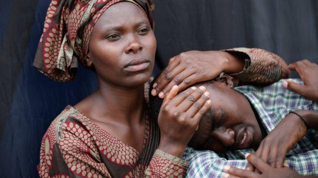 Mujer e hijo recuerdan el genocidio en Ruanda.