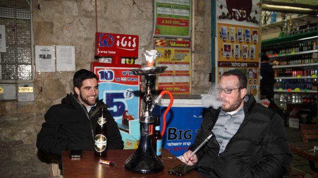 Muškarci koji puše u pabu u Jerusalimu