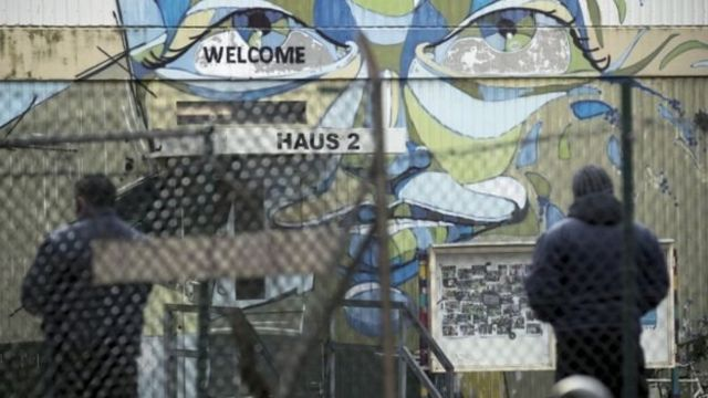 مخيم لإيواء اللاجئين في برلين حيث اعتقلت الشرطة الألمانية شابا تونسيا يشتبه في صلته بهجوم على سوق هدايا عيد الميلاد في برلين في ديسمبر/ كانون الأول الماضي
