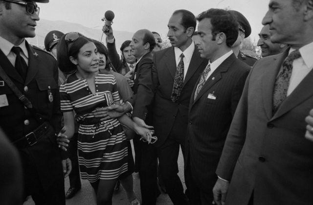 Seguranças barram aproximação de uma jovem que buscava conversar com o xá Mohammad Reza Pahlavi, em 1971